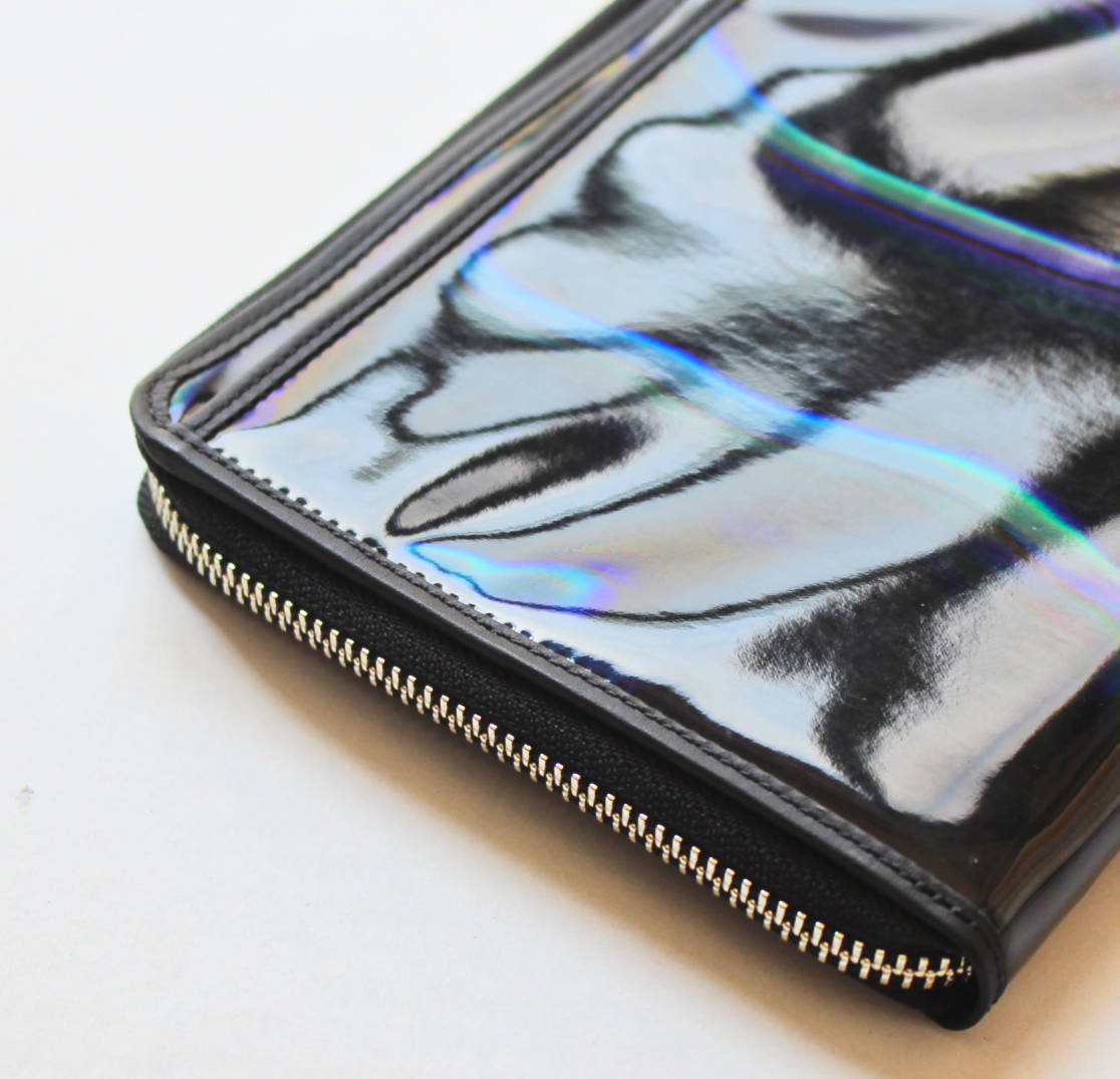 《Vivienne Westwood ヴィヴィアンウエストウッド》新品 ホログラム レザー切替ミニバッグ ポーチ 黒 男女兼用 プレゼントにも A4349