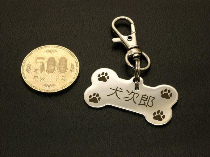 犬・猫・ペット用 丈夫なステンレス製の迷子札 骨型 ネームプレート 名札 ボーン・ドッグタグ レーザー刻印 電話番号 連絡先 金属 送料無料_500円玉はサイズ比較用で付属しません