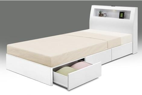 送料無料 LEDライトにコンセント、省スペースと床下に引出し収納x3杯付の多機能モデル スノコ仕様のクリーンホワイトなシングルベッド