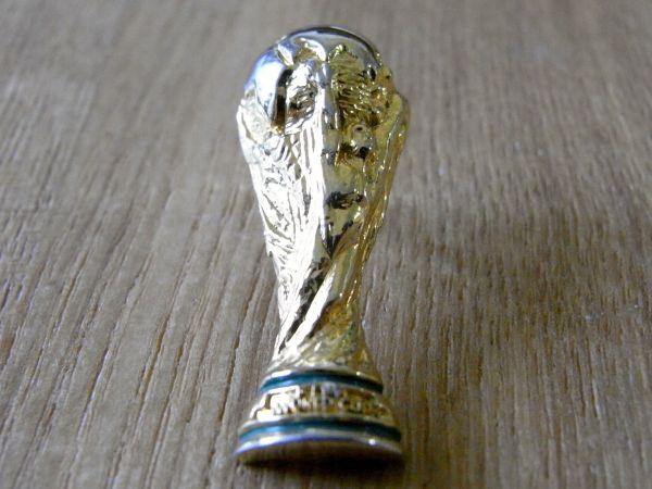 古い ピンバッジ : サッカー W杯 トロフィー その他 ピンズ J
