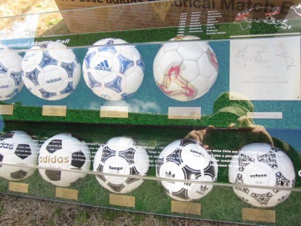 ワールドカップ記念サッカーミニボール展示ケース付 箱付