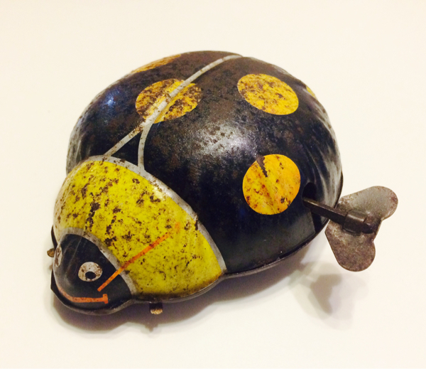 barato Juguete Antiguo Lata Ladybug atrás atrás atrás cerdo todos hechos en japón Wind-up Movible  buscando agente de ventas