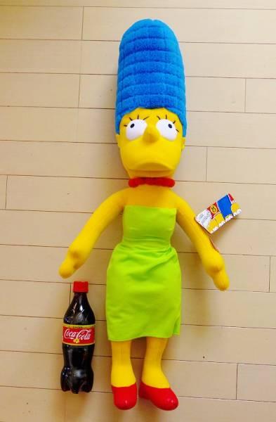 特価!ザ・シンプソンズ 25周年記念 高さ約75cm 巨大なトーキング・ぬいぐるみ マージ・シンプソン The Simpsons Common Wealth社製_ペットボトルは比較用です。