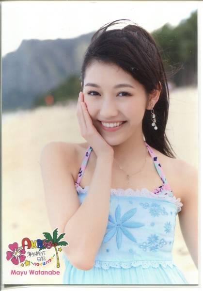 AKB渡辺麻友 海外旅行日記ハワイはハワイ DVD写真 青洋服 右手ほお チュウ