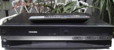 TOSHIBA/RD-W301/地デジ内蔵VHS・HDD・DVD/W録マルチレコーダー中古完動品!!純正リモコン付き,No1