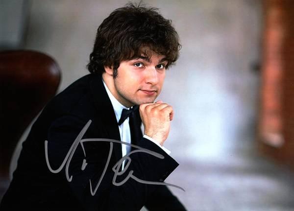 ピアニスト ルーカス・ゲニューシャス Lukas Geniusas 直筆サイン入り写真