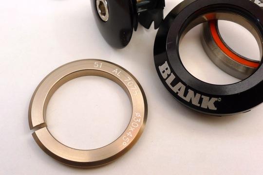 新品激安★BLANK ヘッドパーツ 黒(45°×45° カンパ・ヒドゥンセット規格)_下玉押しには割りが入り、専用工具不要