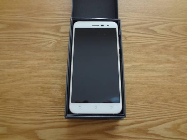 国内版 ASUS Zenfone3 ZE520KL-WH32S3 SIMフリー 新品同様です。おまけで液晶保護フィルム付!_画像2