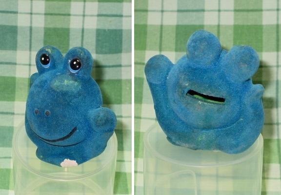 レア 昭和レトロ雑貨 青フロッキー加工 かえる貯金箱 8cm 石膏? 陶器? ケロちゃん/ケロヨン風 アンティーク 当時物 ビンテージ 玩具 蛙_とても古い中古品で傷みあります