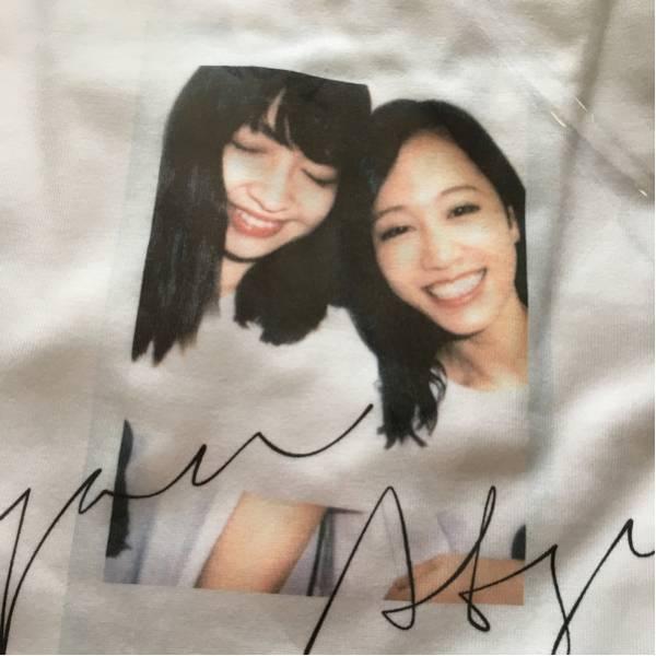 AKB48 小嶋陽菜 22:market homies こじあつ Tシャツ Mサイズ ライブ・総選挙グッズの画像