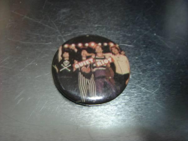 1703ビンテージ80's DEADデッドストックQuiet Riotクワイエット ライオット缶バッチOLDオールド ピンズ