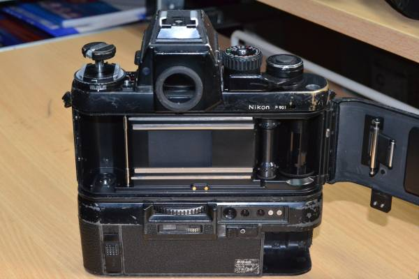報道用35mmカメラの名機 使い込まれたNikon F3P + MD4(滑り止めゴム巻き)付 快調に作動しています!ジャンク扱い_画像3