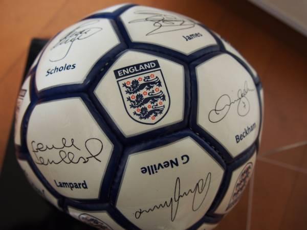 イングランド代表 プリントサインボール 2002年ワールドカップ辺りの選手 専用ケース付 ベッカム スコールズ ルーニー