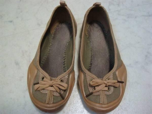 数回使用 crocs クロックス スエード×キャンバス系 ぺたんこ靴 パンプス スニーカー スリッポン W5 22.0cm Sサイズ 35 ベージュ カーキ_画像2