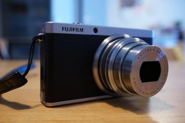 FUJIFILM XF1 ブラック 完動品 純正ケース、SANDISK 16GBメモリ、予備バッテリーつき
