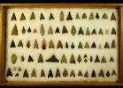 縄文期 伝秋田県北秋田市出土 鋸歯縁石鏃2点、アメリカ式石鏃、瑪瑙、緑色鉄石英、玉髄製石鏃含む 計74点