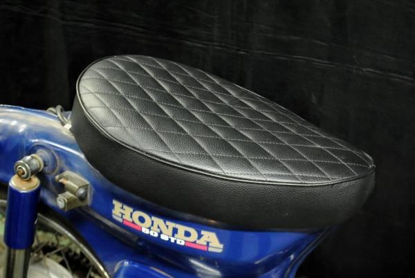 スーパーカブ用シート カブ用シート カスタムシート ダイヤステッチシート コブラシート 黒 ボルトオンで取付簡単です!_画像1