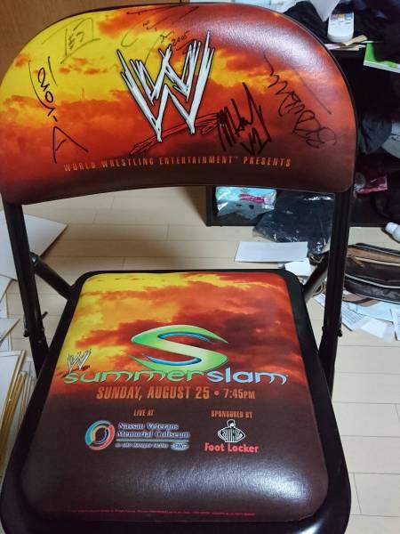 4.WWE ワールドプロレス リングサイド席 特製折り畳み椅子 SUMMER SLAM SUNDAY 8 25 LIVE AT Nassau Veterans Memorial Coliseum サイン有 グッズの画像