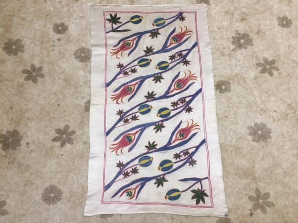 チューリップがとても可愛いウズベキスタンの芸術シルク刺繍スザニタペストリー机の真ん中に飾ってください。通関済ちょっと訳ありお安く~_とても素敵な洗練されたデザインです