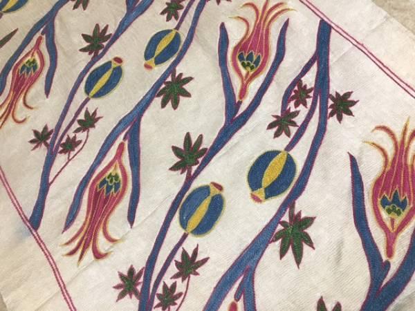 チューリップがとても可愛いウズベキスタンの芸術シルク刺繍スザニタペストリー机の真ん中に飾ってください。通関済ちょっと訳ありお安く~_ぜひ手に入れて下さい裏地はなしです