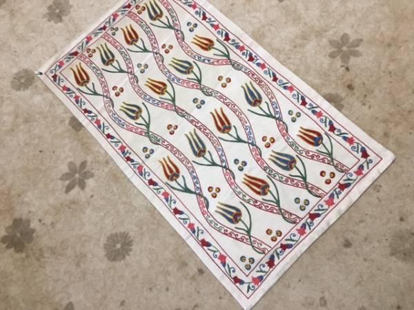ウズベキスタンのシルクの手刺繍スザニ裏地もついています。チューリップがとてもかわいい滅多にないサイズ是非如何日本発送通関済送料込み_是非一枚すてきなスザニをいかがですか