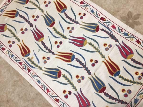 1枚素敵なスザニ刺繍を手に入れませんか?ウズベキスタンの芸術手刺繍です。素敵なチューリップ柄裏地付き日本発送送料込み通関済_テーブルに飾ってもタペストリーにも!