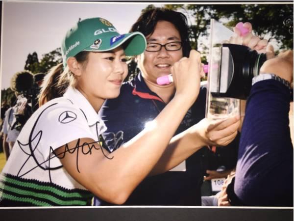 LPGA 松森彩夏 直筆サイン入りA4生写真 高級額装品⑨_画像2