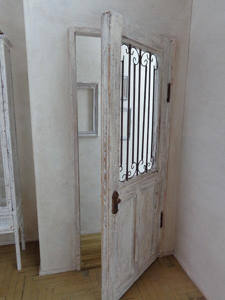 ドアの向こうには小さな廊下が