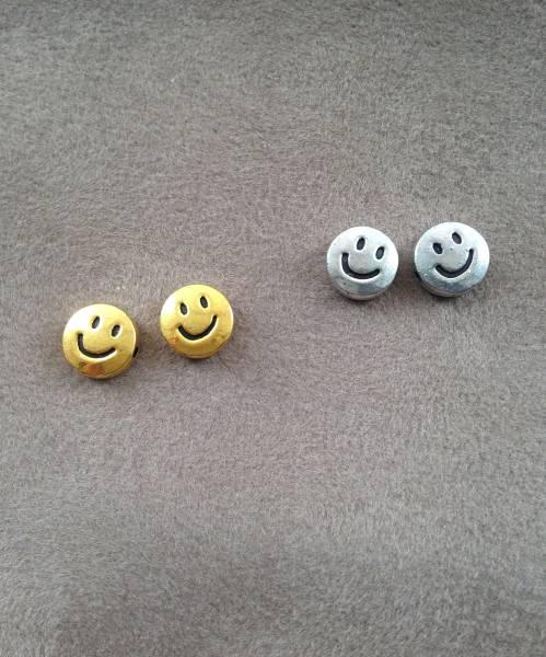 スマイルピアス 新品 シルバーカラー スマイリー にこちゃん ニコちゃん Smile 大人可愛い スタッズピアス ワンポイント シンプル
