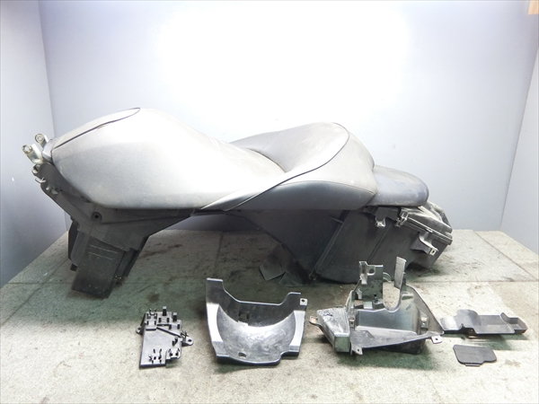 ホンダ フォルツァ Z MF10 純正 シート メイン タンデム ボックス_画像1