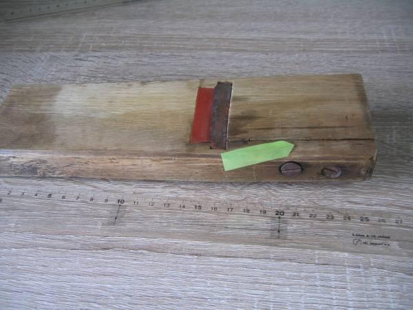 2093 鉋 寸4 刃身幅 約60mm 平カンナ 一枚刃カンナ 在銘 あります サビあり 大工用品 大工道具 建築工具 DIY_割れありますがネジで処置しています。