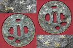 同手所載品!桃山時代~江戸時代【与四郎】竪丸形鉄槌目地紅葉と老木図真鍮象嵌両櫃孔鍔