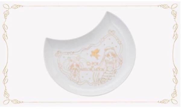 セーラームーン × Q-pot cafe 2017 描き下ろしのアートがデザインされた陶器の月型プレート うさぎちゃんとちびうさのお皿