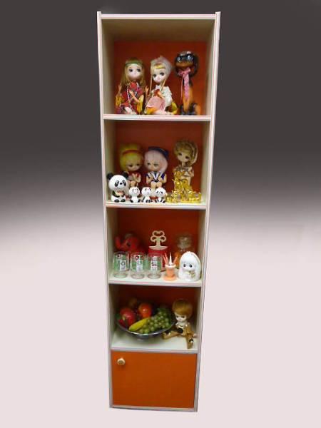 ◆昭和レトロポップ オレンジ×白 約180cm 4段+収納扉付き 縦長の飾り棚 収納棚 食器棚 キャビネット ポーズ人形 雑貨コレクションの収納に