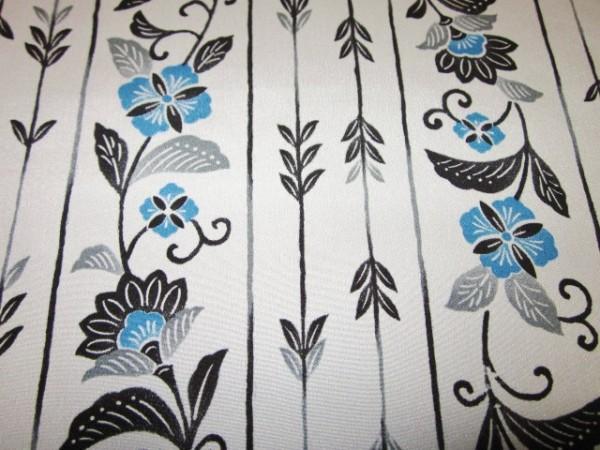 【京わぎれ】正絹 長襦袢はぎれ 藍紅型風縞取唐花柄 薄グレー 替え袖用2.2m②_画像3