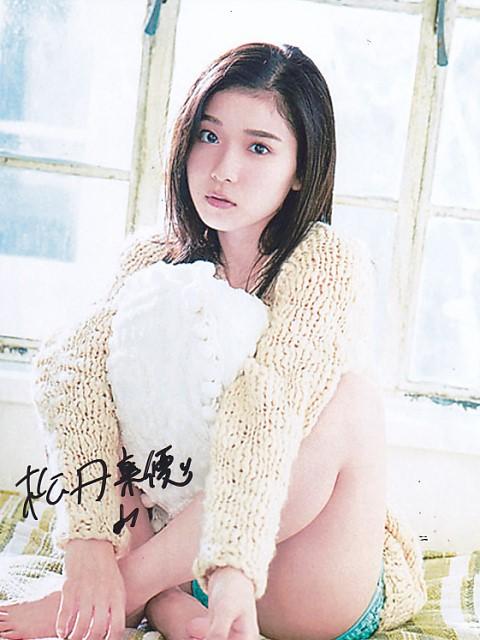 ■松岡茉優★直筆サイン入り・六切り大型写真☆2