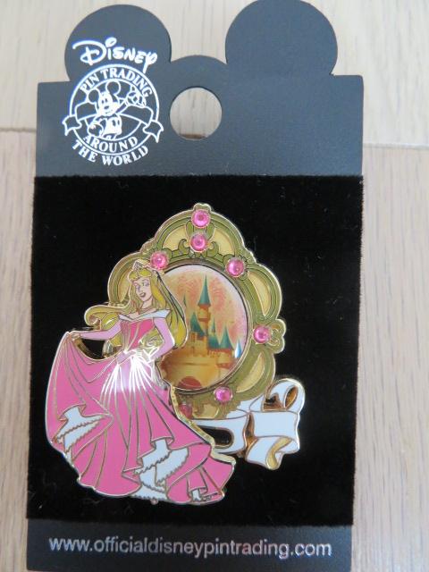 海外 ディズニー 眠れる森の美女 オーロラ姫 金 ゴールド ストーン付き バネが付いていて立体のものです ピントレーディング 2005年 ディズニーグッズの画像