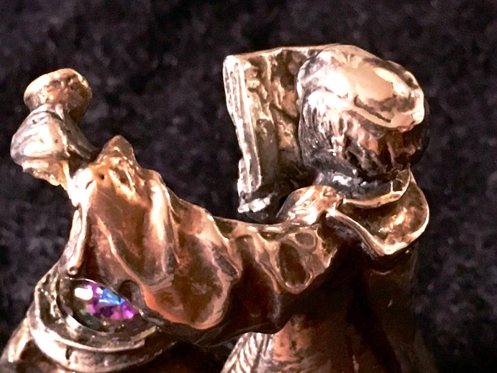 珍しい金属製で重量感ある物です
