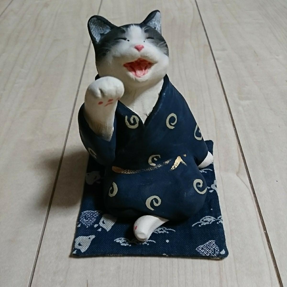 創作陶製猫人形。題して『猫の宴会』。Bought@旧軽井沢。座蒲団付きです。愛猫家の方如何でしょう?。