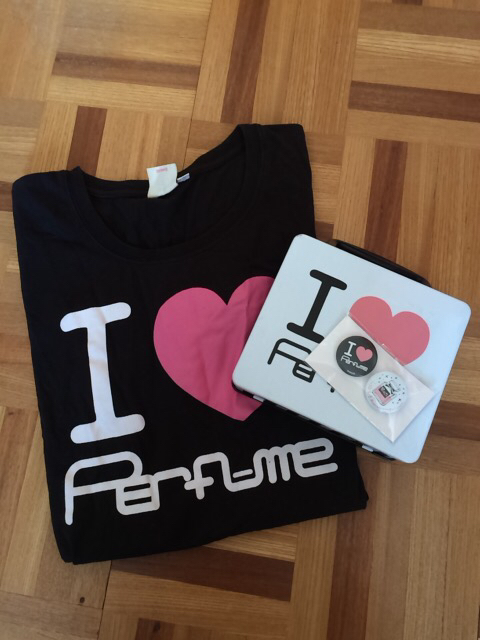 【Perfume】IPerfume Tシャツ+缶BOX+缶バッジ2種セット ライブグッズの画像