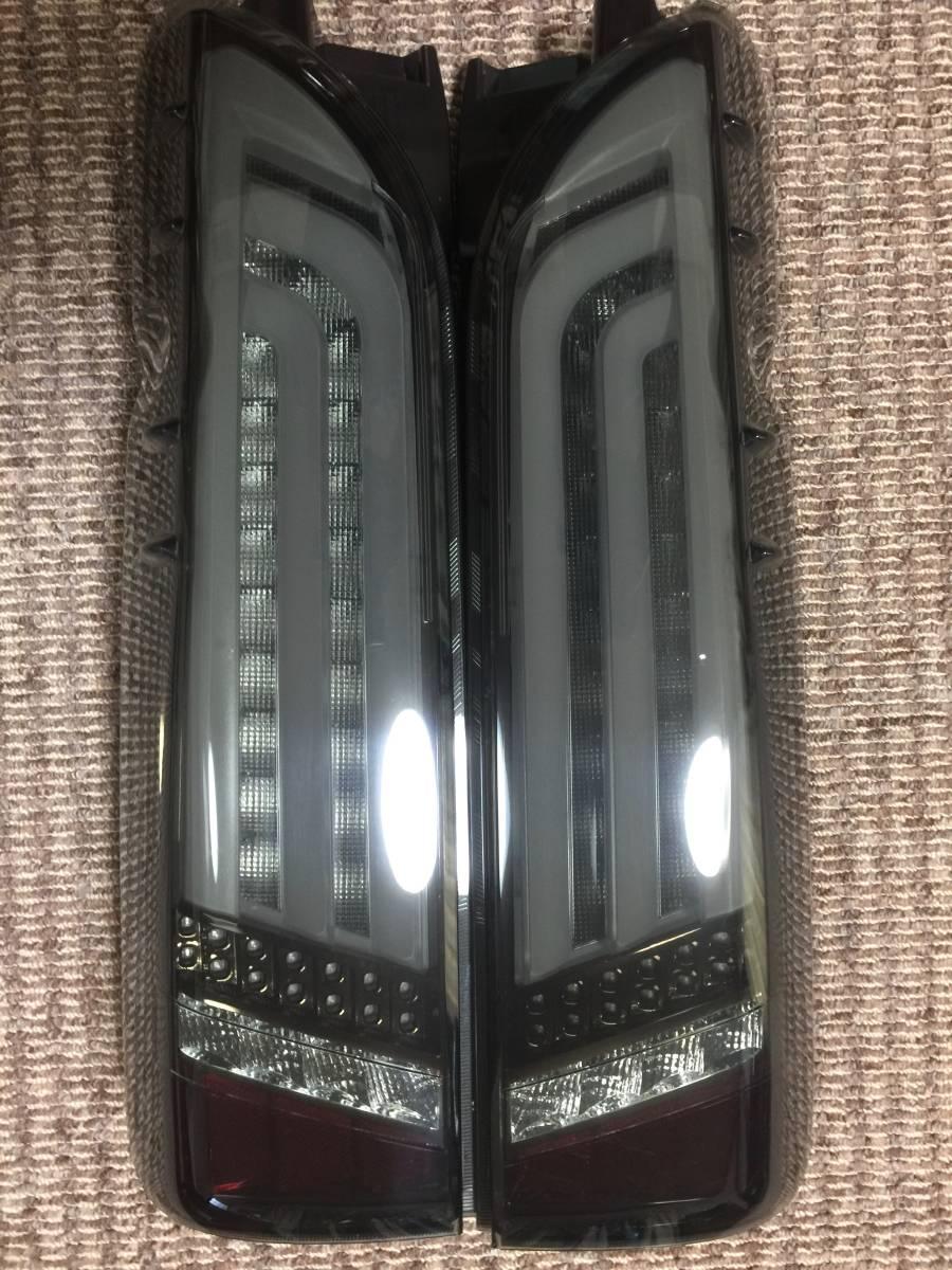 美品!200系ハイエース・レジアスエース ヴァレンティ REVO LEDテール 左右 ライトスモーク/ブラッククローム