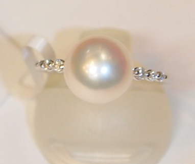 新品 プラチナ900製 アコヤ 本真珠 8.5mm珠 & 両サイド ダイヤ スリム デザイン リング/Pt/あこやパール/シンプル 細身 定番/冠婚葬祭_ホワイト~ピンクの色味の真珠です。
