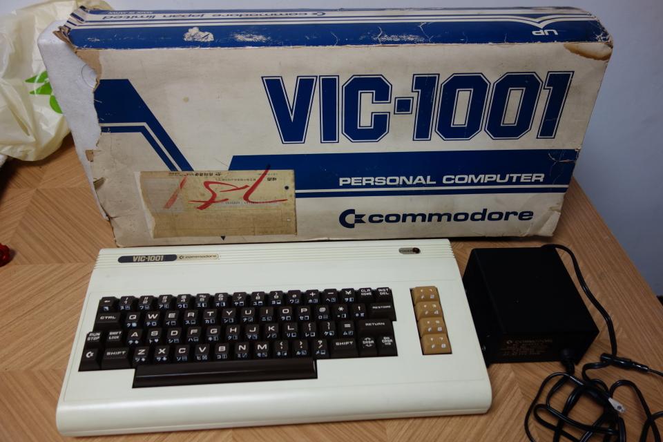 ビンテージ コンピュータ commodore コモドール VIC-1001 ACアダプタ付き 元箱入り