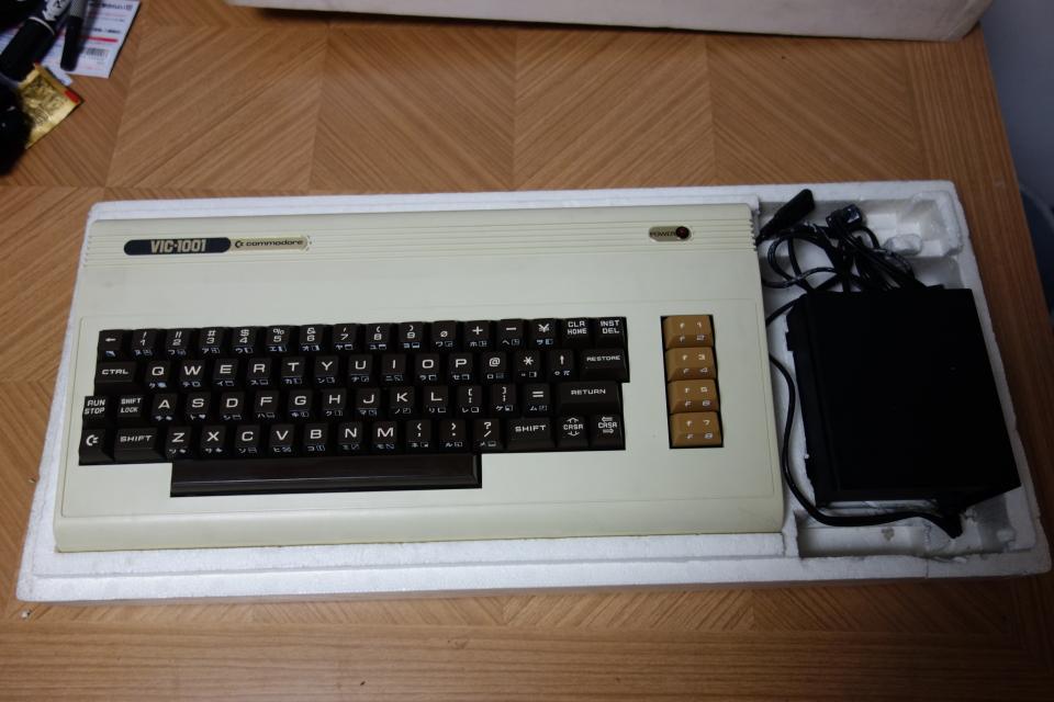 ビンテージ コンピュータ commodore コモドール VIC-1001 ACアダプタ付き 元箱入り_画像2