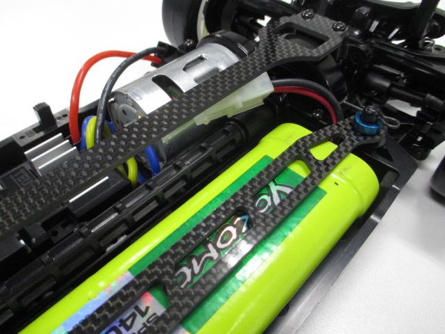 TT-02 メーカーテストカー 新品 (中古のオマケボディ付き)_カーボンバッテリー抑え (非売品)