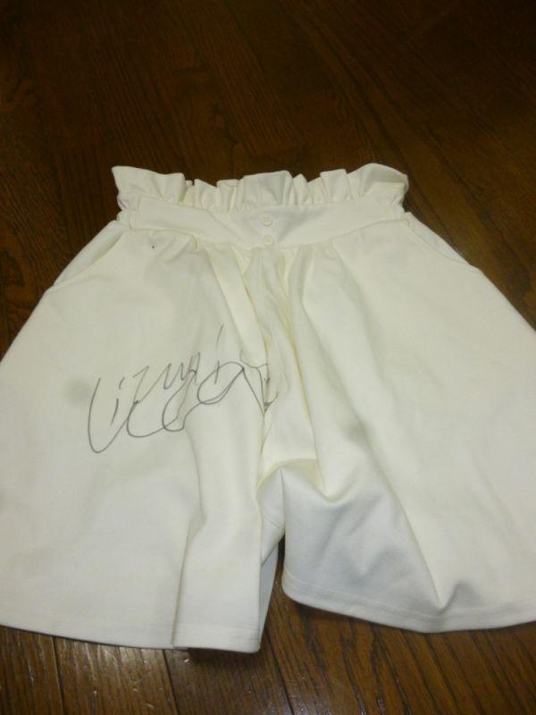 【和泉利香】白スカート