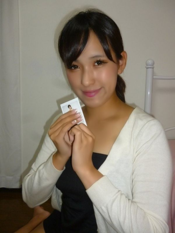 【和泉利香】花柄トップス&白スカート着用チェキ1枚