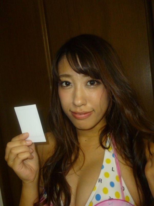 【早川里香】茶色花柄ホルターネック&白ミニスカート着用チェキ1枚