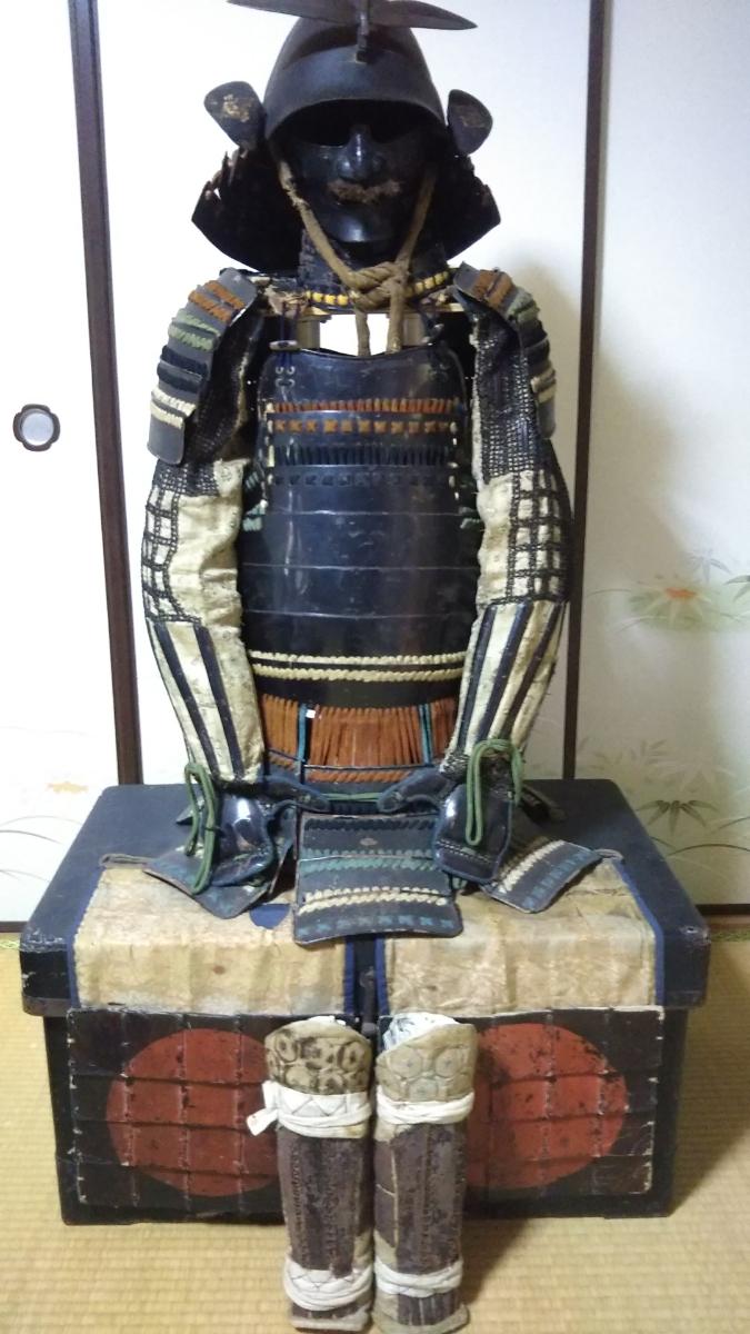 甲冑鎧 江戸時代 色々糸縅朱日輪当世具足 長鎧櫃 (鎧立て付)送料無料 値引き交渉致します。