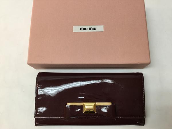 質店鑑定済み! 美品 ◆ miumiu ◆ ミュウミュウ ◆ リボン付き ・ パテントエナメル レザー製 長財布 ◆ ダークパープル系 ◆ 送料250円_ ピンク色の 正規 箱 付きです。